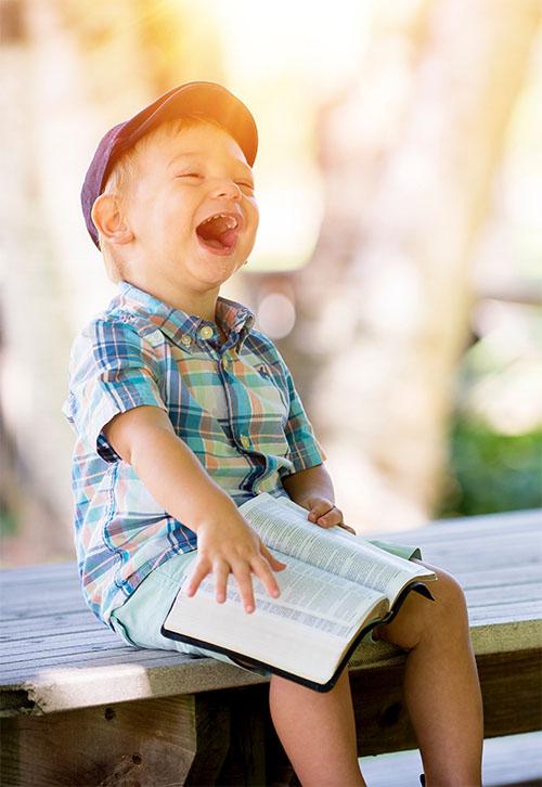 Kind lacht